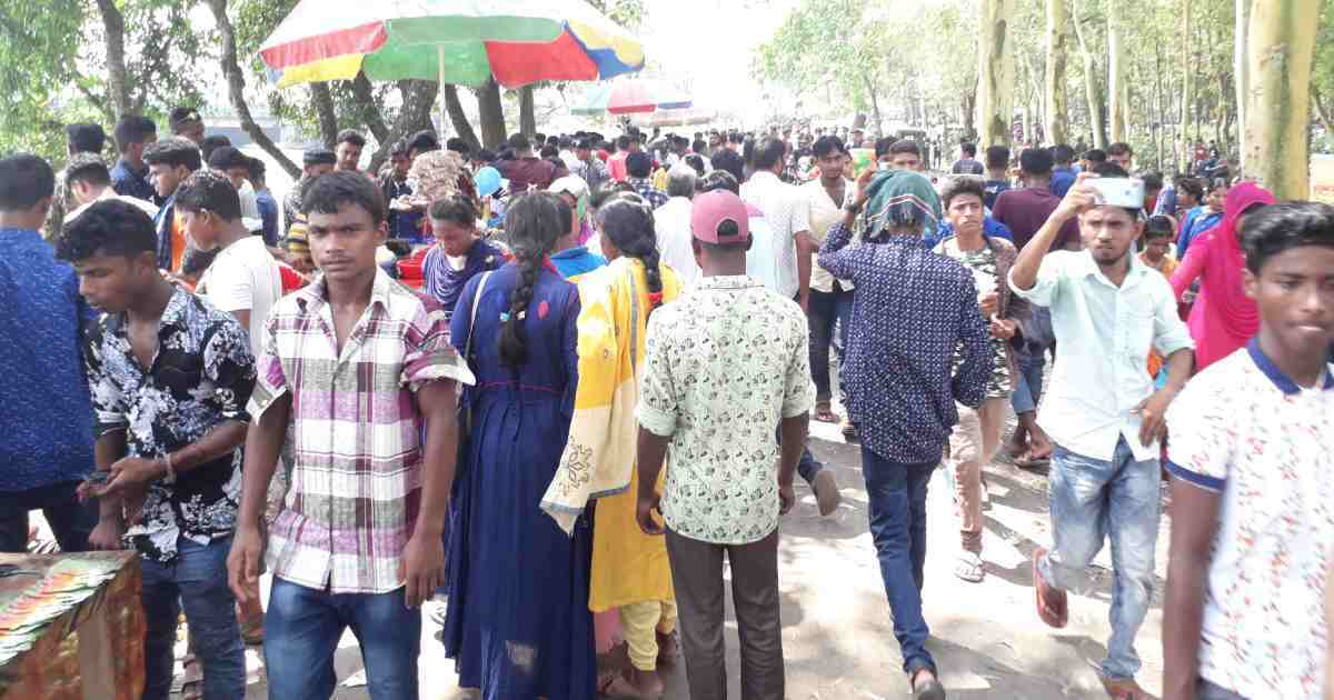 People throng Teesta Barrage ignoring coronavirus risk