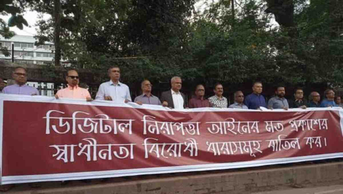 Editors form human chain demanding amendment to Digital Security Act