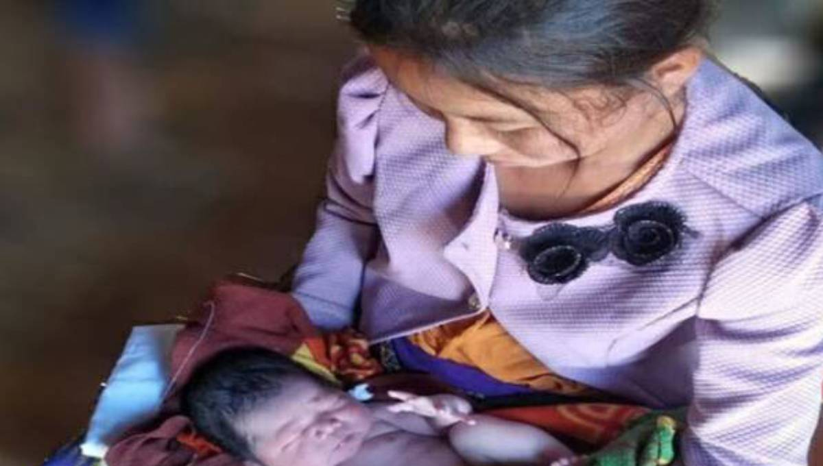 Myanmar Buddhist woman gives birth in no man's land