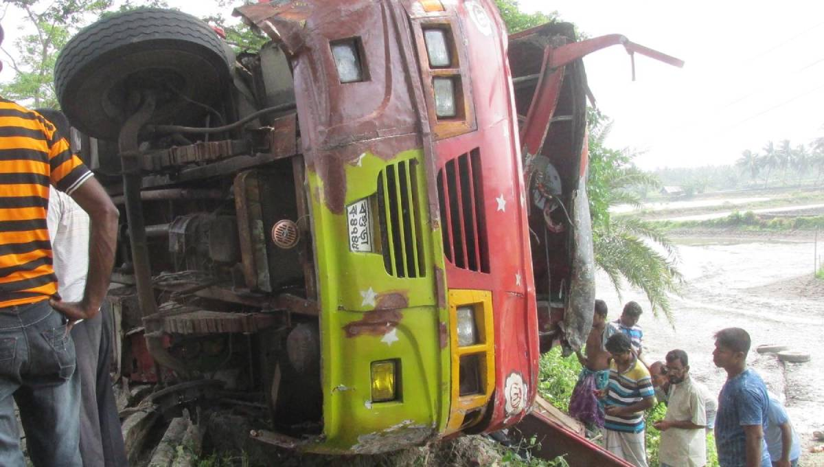 6 killed as bus hits tree in Bagerhat