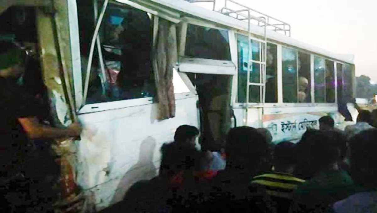 25 medical students hurt in Cumilla road crash