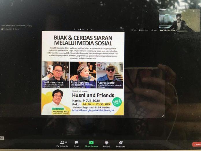 """Jakarta (Indonesia Window) - Rancangan Undang Undang (RUU) Penyiaran belum selesai. Sejumlah pihak menyarankan agar masyarakat menyikapi keadaan ini sebagai peluang untuk mendidik anggota keluarga supaya melek digital. """"KPI terus mengupayakan agar regulasi penyiaran ini segera diselesaikan,"""" kata Ketua Komisi Penyiaran Indonesia (KPI) Pusat Agung Suprio dalam diskusi online Husni and Friends di Jakarta pada Kamis (9/7). Menurut dia, bentuk penyiaran saat ini semakin marak melalui media sosial, termasuk media baru seperti YouTube dan lainnya. Di sisi lain, belum ada aturan agar konten-konten tersebut tidak mengganggu kepentingan publik. Agung mengusulkan agar UU tersebut mengatur hal-hal yang makro, sedangkan ketentuan yang lebih rinci dan teknis dapat dibuat dalam bentuk peraturan pemerintah guna mempercepat penyusunan RUU Penyiaran. Harapan yang sama juga disampaikan Ketua Umum Ikatan Jurnalis Televisi Indonesia (IJTI) Yadi Hendriana. Menurut dia, semakin cepat landasan hukum itu terbit, maka akan semakin baik kerja jurnalistik. Dia menambahkan, revolusi teknologi digital tak mungkin dibendung dan pasti berimbas pada industri pers, termasuk pertelevisian. Namun, kata Yadi, publik sebaiknya tidak bersandar pada regulasi dan bersikap pasif menunggu aturan dari pemerintah. Kemajuan teknologi membawa banyak manfaat karena informasi semakin terbuka sehingga mendorong transparansi, imbuhnya. """"Yang penting pembuat konten memastikan kembali dampak informasi yang diposting ke media-media tersebut,"""" katanya, seraya menambahkan bahwa jika berdampak negatif sebaiknya konten tersebut tidak disiarkan. Sementara itu, dosen Institut Komunikasi dan Bisnis London School of Public Relations (LSPR) Rizka Septiana mengatakan masyarakat belum diajarkan menggunakan media sosial dengan baik, terutama selama pandemik COVID-19 terjadi. Menurut dia, dampak negatif penyiaran melalui media sosial cukup besar mengingat sarana ini dapat menjangkau masyarakat lebih luas. Informasi keliru yang ter"""
