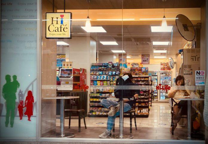 Pengunjung dapat memilih beragam makanan siap saji di minimarket Taiwan. (Ethan Tsai)