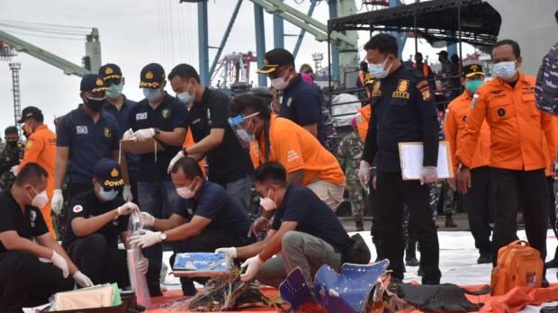 Lima kantong bagian tubuh manusia diangkat dari lokasi kecelakaan Sriwijaya Air