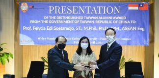 Indonesian professor receives distinguished alumni award from Taiwan