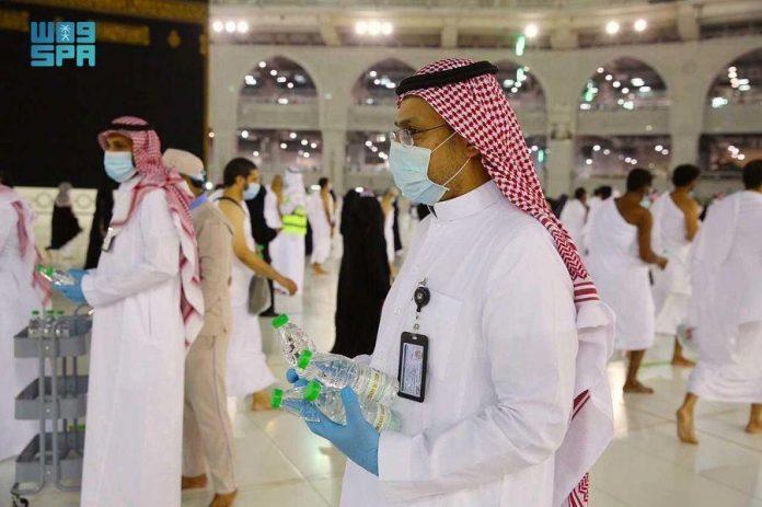200,000 Zamzam water bottles distributed to worshipers on 27th night of Ramadan