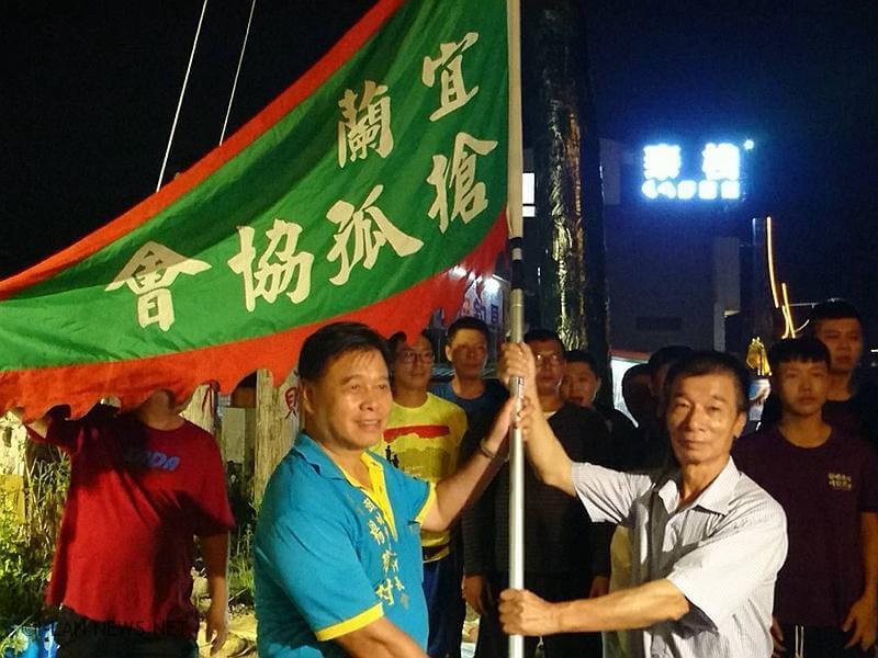 8/29日當晚準備三千個平安包與發財包,贈送現場民眾。