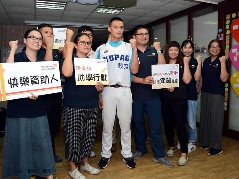 台灣世界展望會特別量身訂製一個繡有奕豪姓名與台灣世界展望會logo的外野手套贈予給他