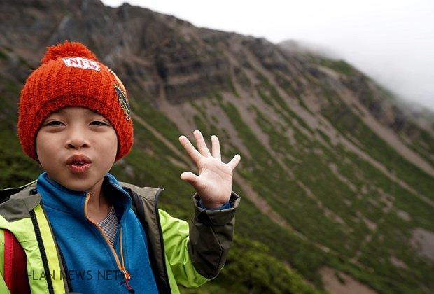 8歲兒帶著媽媽的遺照上玉山頂 感動了許多民眾!