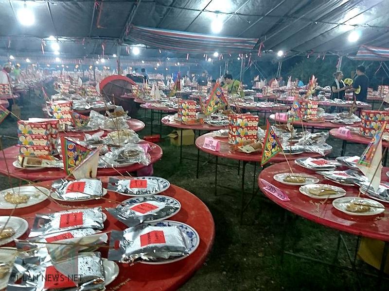 晚上8點台北柯文哲市長蒞臨搶孤場,一時萬客湧入會場,歡迎民眾一起來觀賞搶孤現場秀。