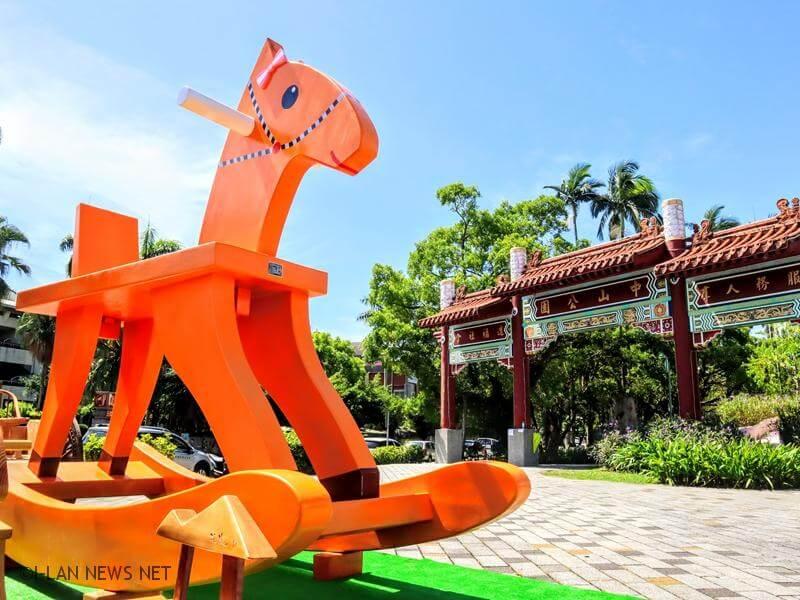 藉由公共裝置藝術巨型搖搖洛克馬的放置,讓經典文化觀光小鎮的宜蘭市,更增添日常是藝術,藝術是日常的文化氣息。