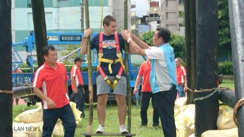 選手要伸足踢響前方5米高的鈴噹,絕非易事,是一種體力、技巧、智慧、平衡集聚於一身的體育技能活動。
