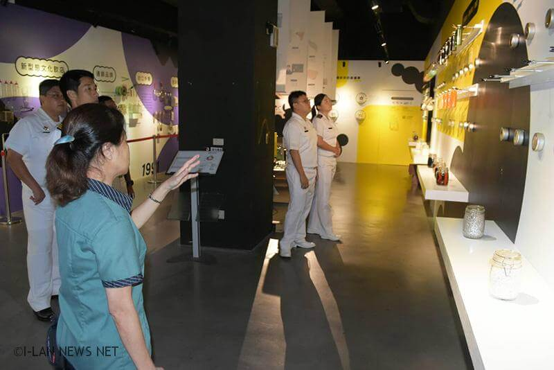 海軍一六八艦隊艦隊長張獻瑞少將今日率所屬官兵,赴宜蘭奇麗灣珍奶文化館參觀「綠建築」及「文化故事館」