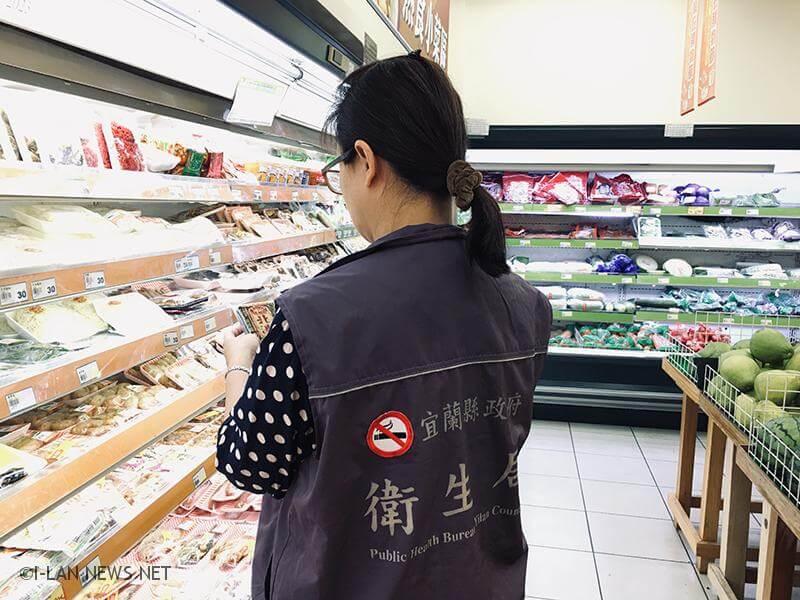 民眾選購中秋食品時,應注意店家環境衛生及產品包裝是否有破損,標示是否完整及有效日期等