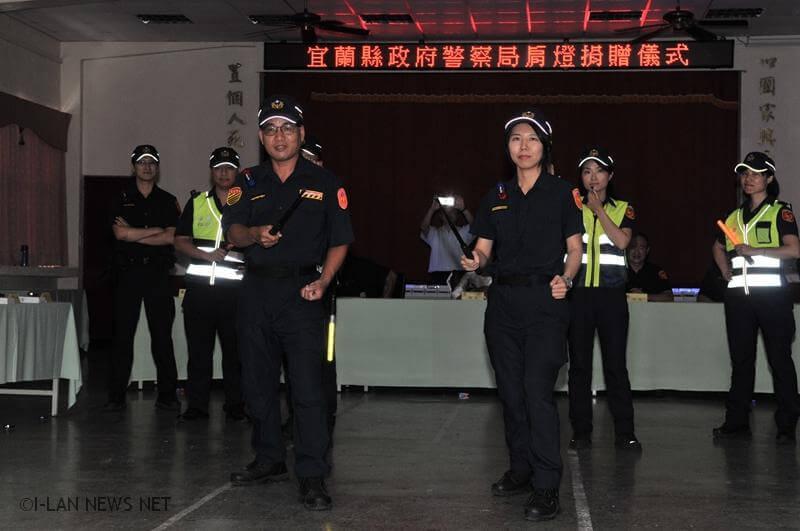 餅哥捐LED肩燈 員警夜間執勤更安全!