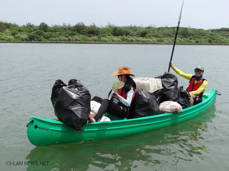 活動當天將以兩人一組划行獨木舟撿拾水面及岸邊垃圾,並配合溪岸陸上清潔.