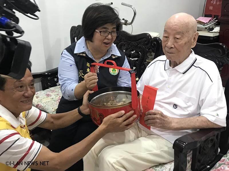百歲人瑞由鎮長吳秋齡親自到府致贈20,000元禮金及豬腳麵線。