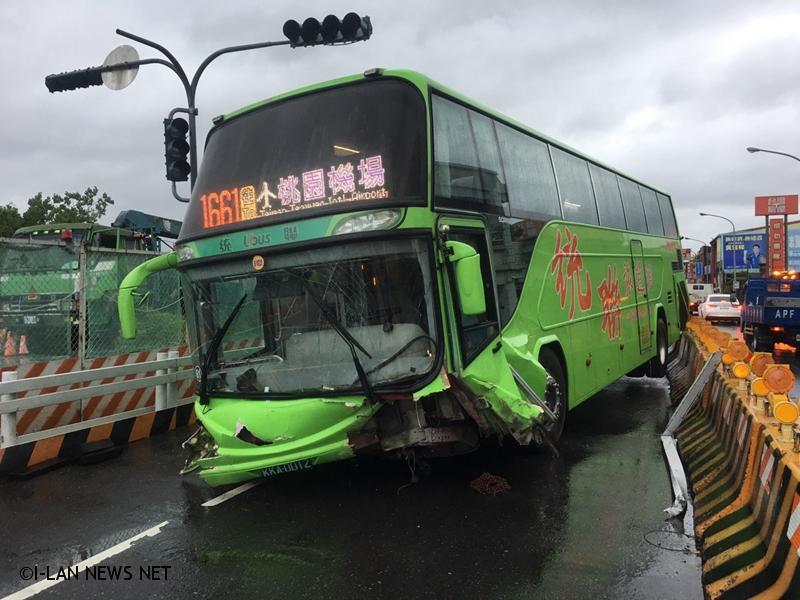 統聯客運自撞車禍 員警疏導上班族繞道!