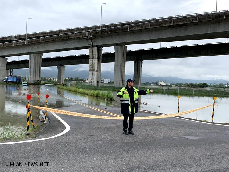 米塔颱風宜蘭警察為我們做什麼?「讚」!