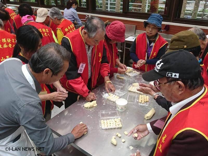 場主陳坤指出,缷下羅東鎮公所秘書職務,捲起袖口重回農民的角色。