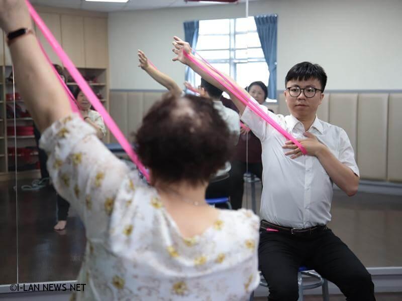 骨質疏鬆更該積極運動,醫師表示,適當的阻力訓練能刺激骨質生成。