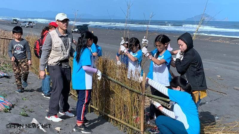 保護海岸線退縮 百餘師生搭建「防風籬」、「堆砂籬」