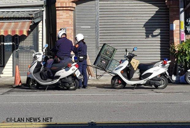 機車加掛小拖車險撞行人 與警爆口角吃罰單!
