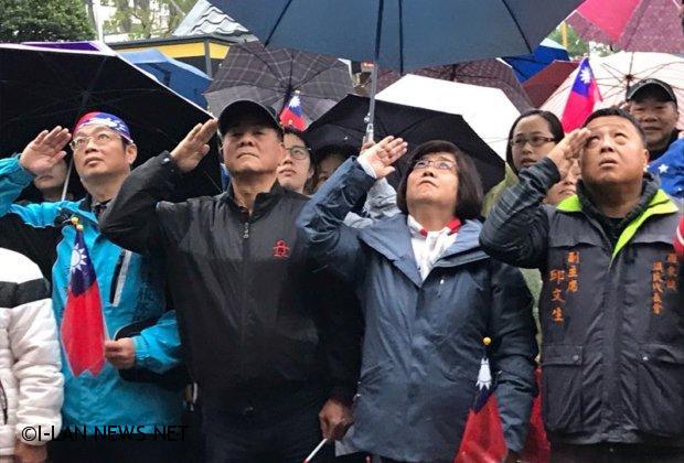 羅東鎮二千多位民眾冒雨 參加元旦升旗暨健行活動
