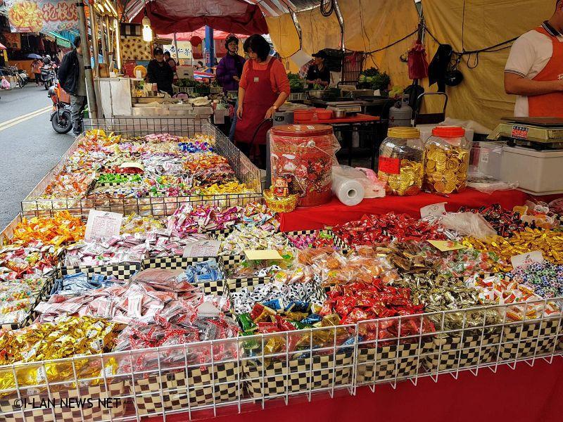 羅東鎮公所今日在民生市場前廣場舉辦「春節年貨市集」開幕活動。