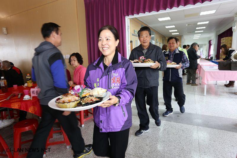 冬山鄉長林峻輔,鄉代會主席黃強呈逐桌發放紅包給前來參加的獨居老人及一,二款低收入戶,全場充滿歡度佳節氣氛。