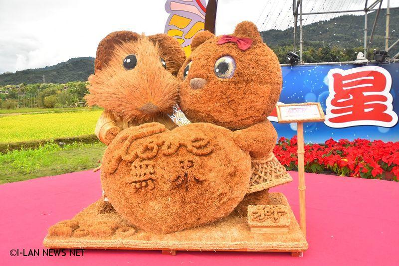 三星鄉公所向宜蘭監獄商借17件稻草藝術競賽得獎作品,作為三星花海的要角,今日起展出至元宵節為止。