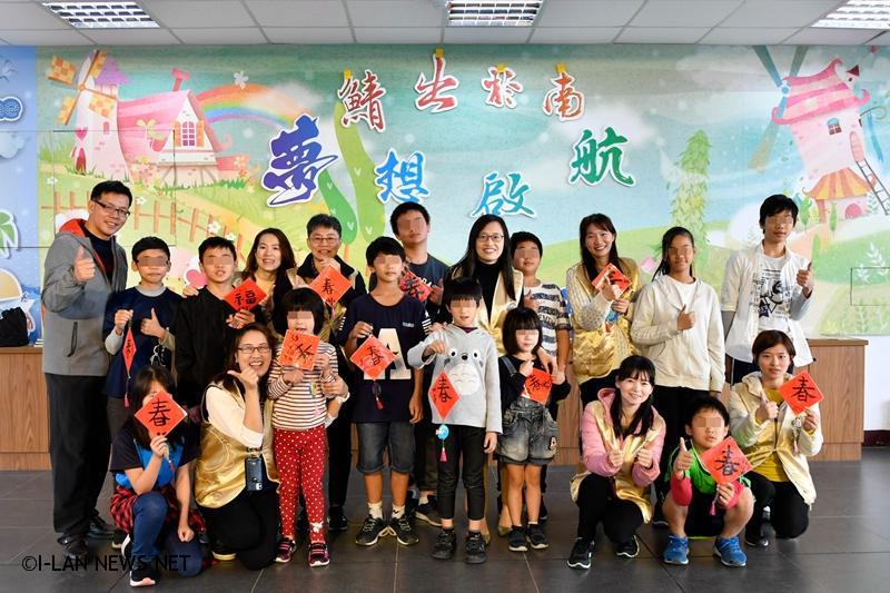 捐贈儀式上,小朋友以精彩的扯鈴表演及播放入圍台灣教育意象影片競賽的紀錄片,與志工分享用心學習的成果。