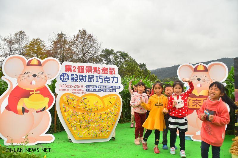 春節期間台七丙三星加油站旁花海園區,有6公頃金黃花海,還有占地1000平方公尺的玉米探險迷宮,園區也有鼠年吉祥物、稻草藝術等展出。