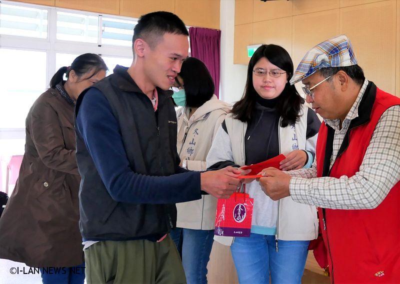 冬山囝仔林裕峰事業有成 捐贈春節紅包給弱勢家庭