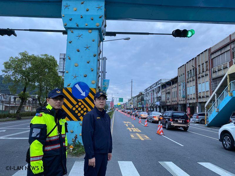 如「插入連貫車隊」,警方將依《道路交通管理處罰條例》第45條第1項第5款處新臺幣600元以上1800元以下罰緩。