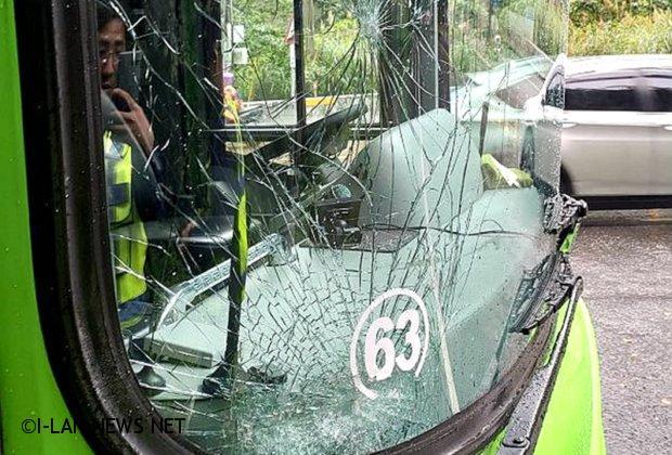蘇花公路落石擊中統聯客運幸沒傷到人