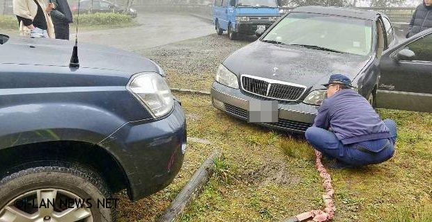 車輛陷入泥濘警員協助民眾拖離民眾