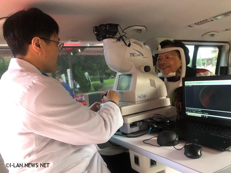 國際扶輪社與宜蘭縣政府衛生局合作,捐贈價值約新臺幣360萬元的多功能視力篩檢車及眼科檢查儀器。