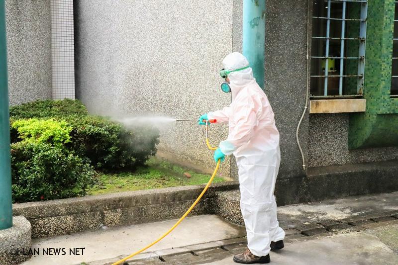 此次防疫消毒是使用漂白水,以1:100比例稀釋後約含0.05%有效氯,氯可使微生物失去活性而殺滅微生物。