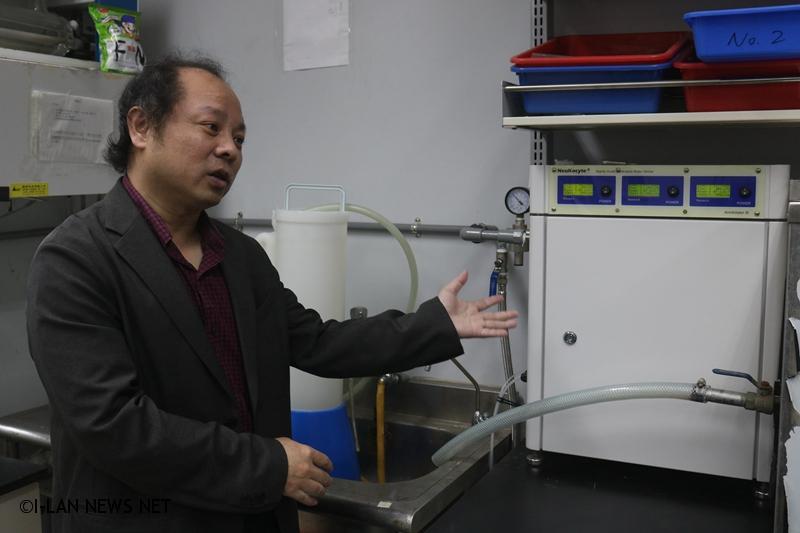 宜蘭大學生物技術與動物科學系黃士哲老師介紹生產次氯酸水之儀器。