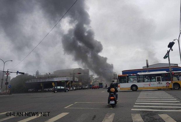 加油站旁民宅竄起濃煙 附近居民嚇得半死