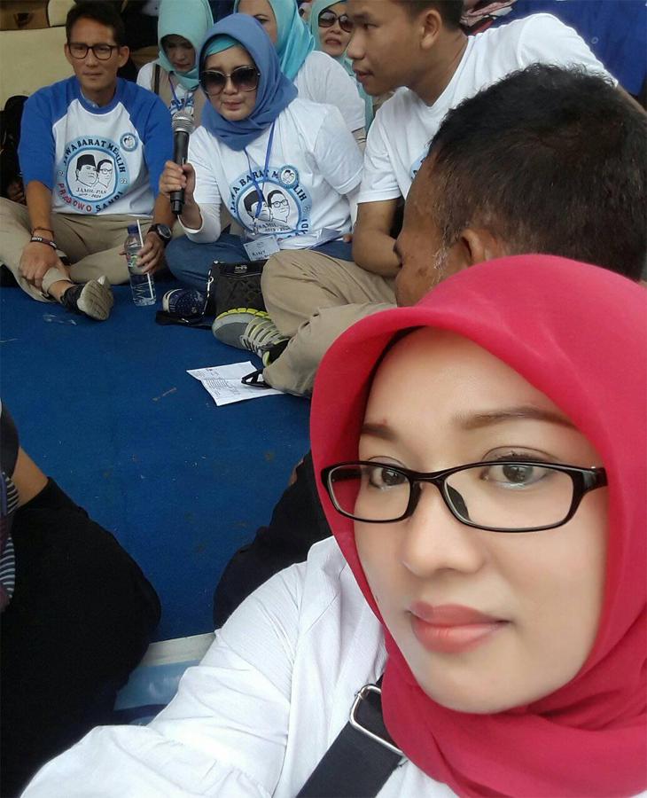 Ima Siti Masitoh mengambil foto Sandiaga Uno. (Facebook)