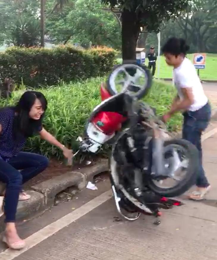 Adi Saputra banting motor di depan pacarnya.