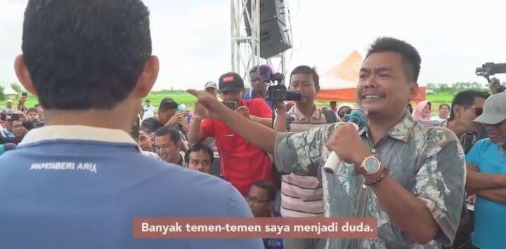 Subhan yang mengaku petani bawang mengaku banyak yang jadi duda karena harga bawang rendah saat curhat ke Sandiaga Uno. Foto: Youtube