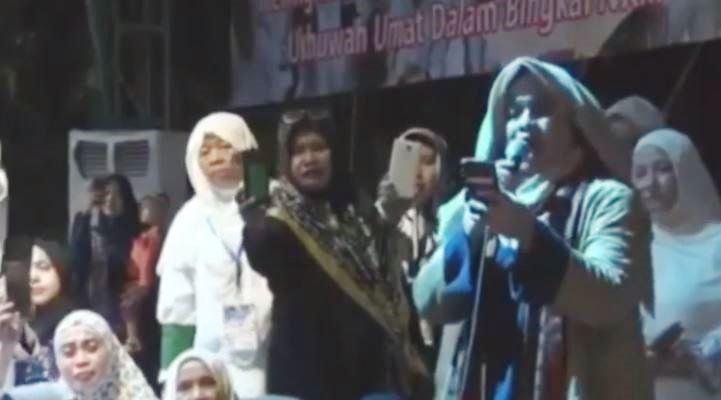 Neno Warisman membacakan doa puisi di panggung Munajat 212