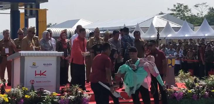 Polisi evakuasi emak emak pingsan di depan Jokowi