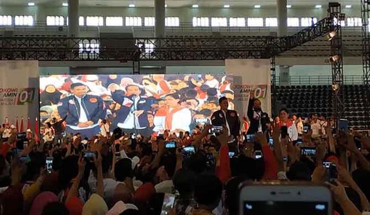 Jokowi mengenalkan menantunya, Bobby Afif Nasution di hadapan ribuan pendukung di Medan. (Prayugo Utomo/JawaPos.com)