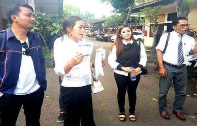 Para pendukung Jokowi di Jembrana, Bali, laporkan salah seorang pemilik akun medsos yang diduga memfitnah Jokowi dan menyebarkan berita hoax