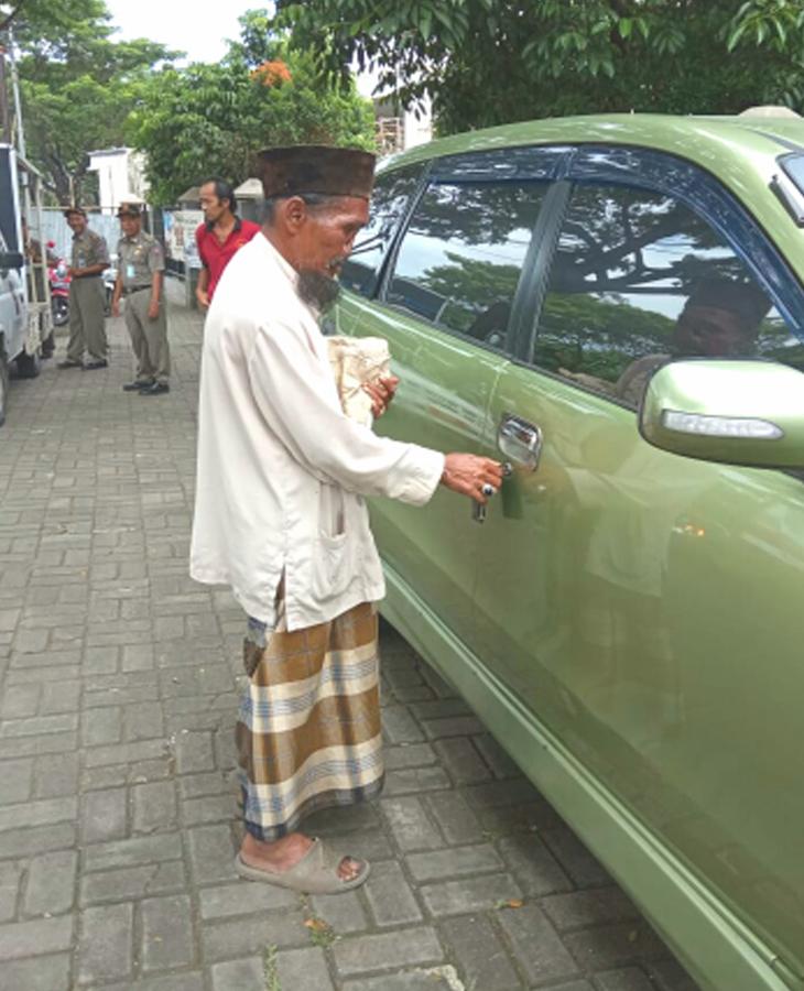 Pengemis Bogor hendak naik ke mobilnya.