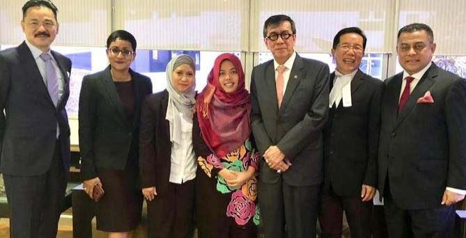 Siti Aisyah bersama Kedubes RI untuk Malaysia dan Menkumham Yasonna Laoly usai diputus bebsas oleh pengadilan Malaysia atas dugaan pembunuhan terhadap saudara tiri Pemimpin Tertinggi Korea Utara (Korut), Kim Jong Nam